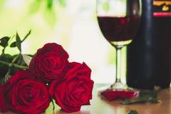 Rose rouge et verre de vin lumineux pour le jour du ` s de Valentine Photographie stock libre de droits
