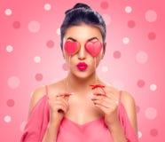 Rose rouge La fille de beauté avec Valentine Heart a formé des biscuits dans des ses mains Images stock