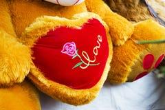 Rose rouge protections molles de coeurs accrochant sur une corde Photographie stock