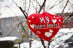 Rose rouge protections molles de coeurs accrochant sur une corde Image libre de droits