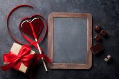 Rose rouge Ruban et cadeau rouges en forme de coeur Image libre de droits