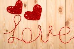 Rose rouge Symboles de l'amour - deux coeurs tricotés Images libres de droits