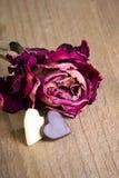 Rose sèche et deux coeurs de chocolat Photographie stock