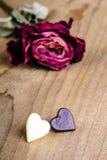 Rose sèche et deux coeurs de chocolat Image libre de droits