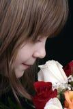 Rose sententi l'odore della ragazza Immagini Stock Libere da Diritti