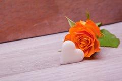 Rose simple de jaune avec le coeur de sucre blanc Photographie stock libre de droits