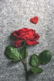 Rose simple de rouge et deux coeurs rouges Image libre de droits