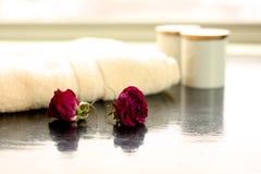 Rose stabilite e Bathproducts del tovagliolo della stazione termale Immagine Stock