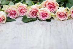 Rose su un fondo di legno Immagini Stock
