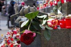 Rose sul basamento del monumento di Wenceslas Fotografia Stock