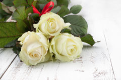 Rose sulla Tabella di legno Fotografie Stock