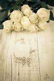 Rose sulla Tabella di legno Fotografie Stock Libere da Diritti