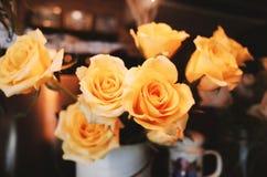 Rose sulla tavola nel retro stile del vaso Fotografia Stock Libera da Diritti