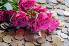 Rose sulle monete fotografie stock