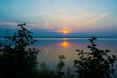 Rose Sunset en un lago Uveldy, los Urales, Rusia Imagen de archivo libre de regalías