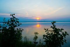 Rose Sunset en un lago Uveldy, los Urales, Rusia Fotos de archivo