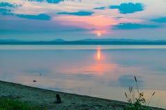 Rose Sunset på en sjö Uveldy, Uralsna, Ryssland Royaltyfria Bilder