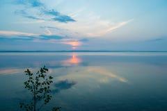 Rose Sunset på en sjö Uveldy, Uralsna, Ryssland Royaltyfria Foton