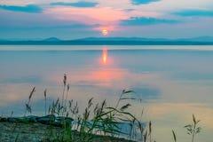 Rose Sunset på en sjö Uveldy, Uralsna, Ryssland Royaltyfri Foto
