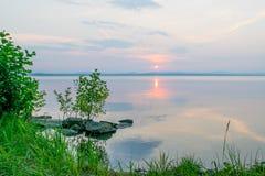 Rose Sunset på en sjö Uveldy, Uralsna, Ryssland Fotografering för Bildbyråer