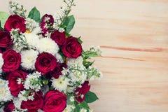 Rose sur le fond en bois de table Photos libres de droits