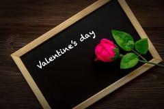 Rose rose sur le tableau pour Valentine Day écrit Vieux fond en bois Photographie stock