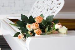 Rose sur un clavier de piano Photographie stock libre de droits