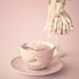 Rose sur une tasse de thé de vintage Photo libre de droits