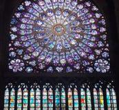 Rose a tendu la fenêtre de glas de la cathédrale Notre Dame Images stock