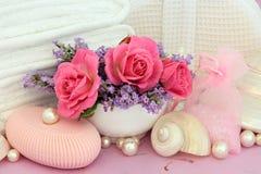 Rose Toiletries mit Lavendel Lizenzfreie Stockbilder