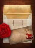 Rose, Umschlag und Karte stockfoto