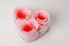 Rose in un presente della casella di figura del cuore Fotografie Stock Libere da Diritti