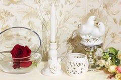 Rose in un vaso Decorazioni domestiche immagine stock libera da diritti