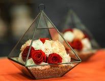 Rose in una piramide decorativa Fotografie Stock Libere da Diritti
