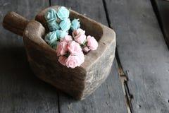 Rose in una scatola di legno Immagini Stock