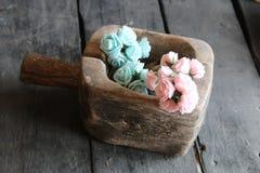 Rose in una scatola di legno Immagine Stock