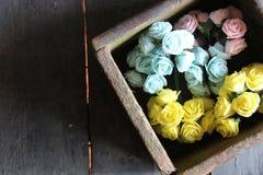 Rose in una scatola di legno Immagine Stock Libera da Diritti