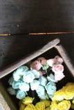 Rose in una scatola di legno Fotografia Stock Libera da Diritti
