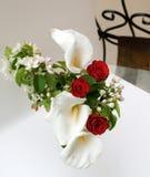 Rose und Calla auf einem weißen Hintergrund Lizenzfreie Stockfotografie
