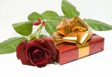 Rose und Geschenk Lizenzfreies Stockbild