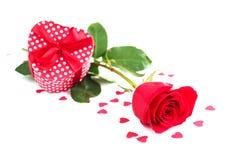 Rose und Geschenk Lizenzfreie Stockfotografie