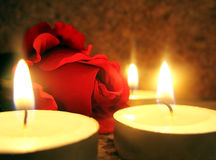 Rose und Kerzen Stockfoto
