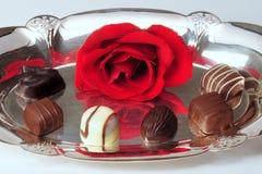 Rose und Schokoladen auf Silber Lizenzfreies Stockbild