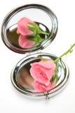 Rose und Spiegel Stockbild