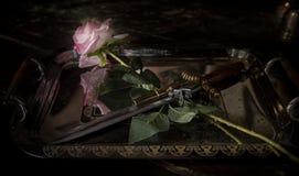 Rose und Waffen Stilett mit einer Rose auf einem Behälter Lizenzfreie Stockfotografie