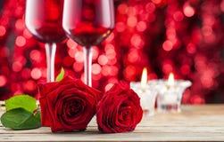 Rose und Weingläser stockbild