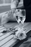 Rose und zwei Weingläser in Schwarzweiss Stockbild