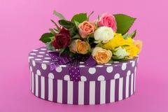 Rose variopinte e presente di compleanno Fotografie Stock