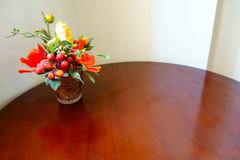 Rose Vase giallo arancione artificiale variopinta sulla Tabella di legno Fotografie Stock