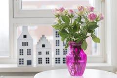 Rose in vaso nell'interno Immagini Stock